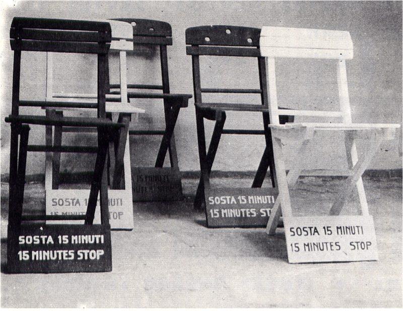 Sosta 15 minuti. Cinque sedie colorate, bianco nero giallo rosso e blu, predisposte davanti alla Biennale di Venezia.