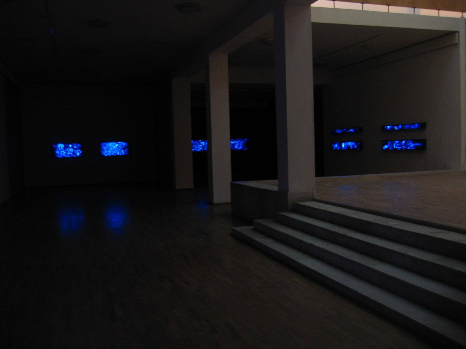 Salvatore Falci, 1986 - 2004, Vetri, Particolare dell'installazione Galleria Nazionale di Tirana, nov.2004