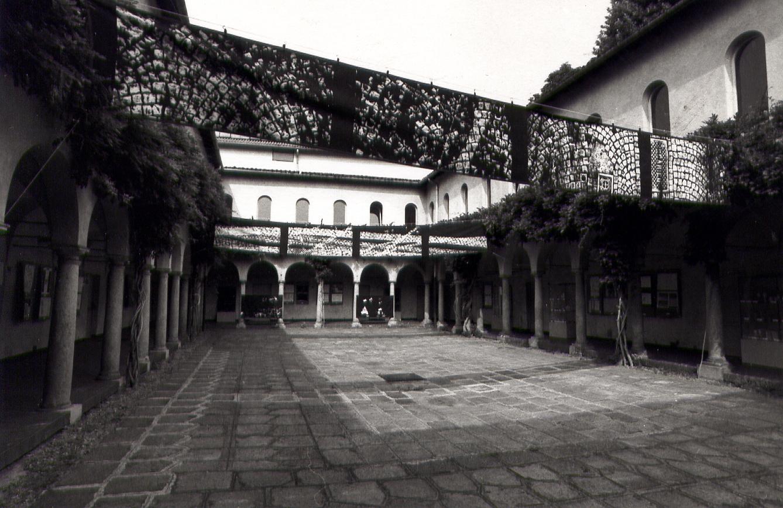 Salvatore Falci, 1994, Striscioni, installazione Chiostro dei Glicin,i Umanitaria, Milano