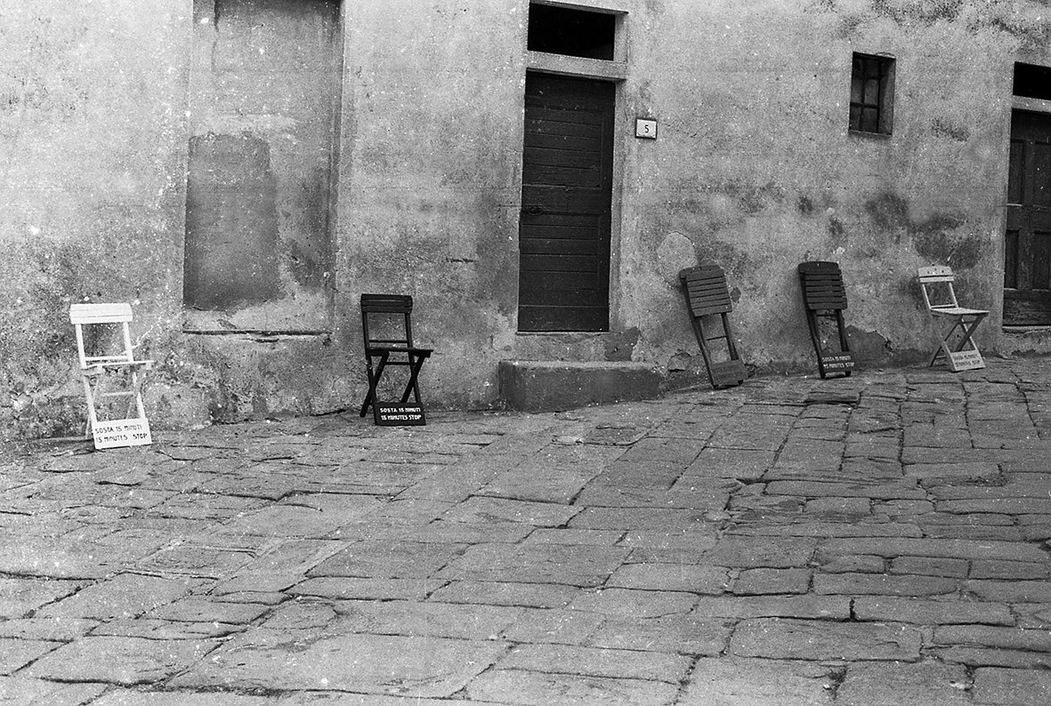 Salvatore Falci, 1983, Sosta 15 Minuti, Installazione Populonia, (LI) (con Fontana, Modica, Risitano)