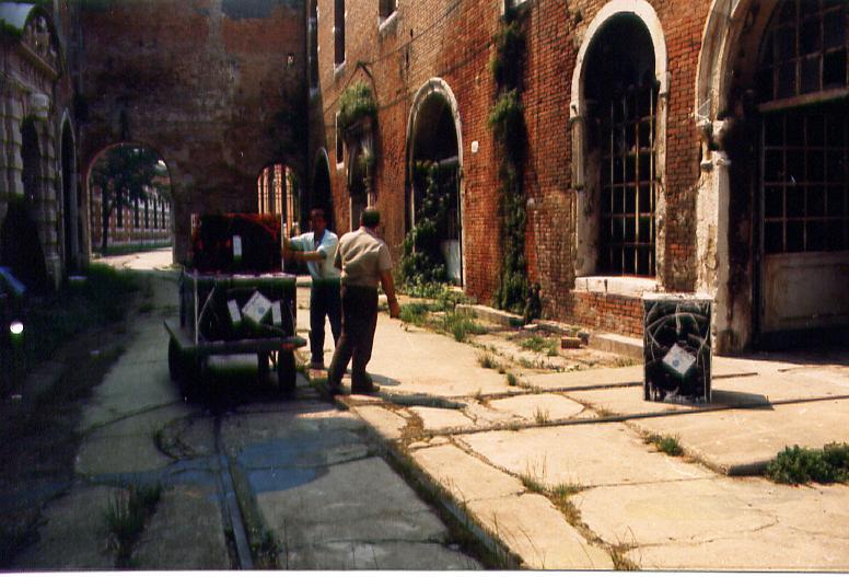 Salvatore Falci, 1988, Casse Venezia Corderie, da stand a magazzino