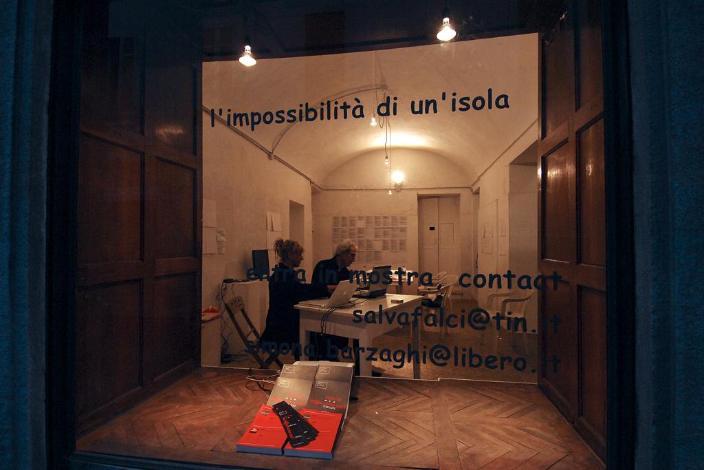 Salvatore Falci, 2009, L'impossibilità di un'Isola, performance e installazione, Galleria Spazio 10, Vercelli, (con Simona Barzaghi)